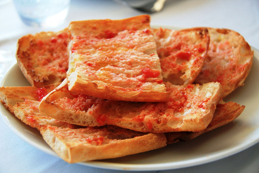 Pa amb tomaquet - Bread with tomato